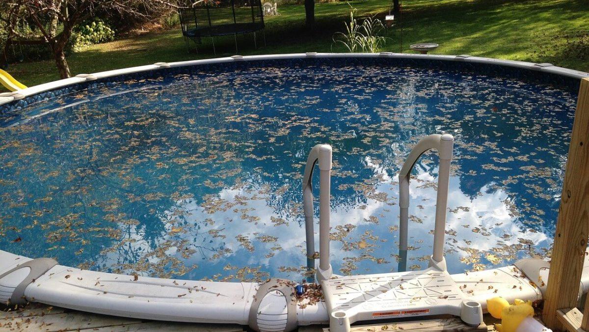 Ouverture d'une piscine hors terre à l'aide des produits Maîtres Pisciniers.